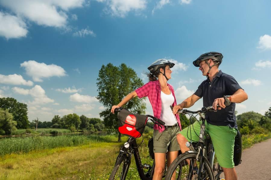 Blick auf ein Radlerpaar © Magdeburger Tourismusverband Elbe-Börde-Heide e.V.