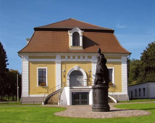 Katharinadenkmal und Stadthalle