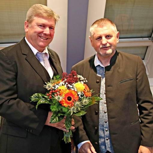 landrat uwe schulze r. beglückwünscht veit wolpert zur wahl zum vorsitzenden der kreistages © Landkreis Anhalt-Bitterfeld