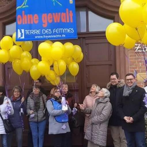 25 gelbe Luftballons gegen Gewalt an Frauen © Marco Groebe