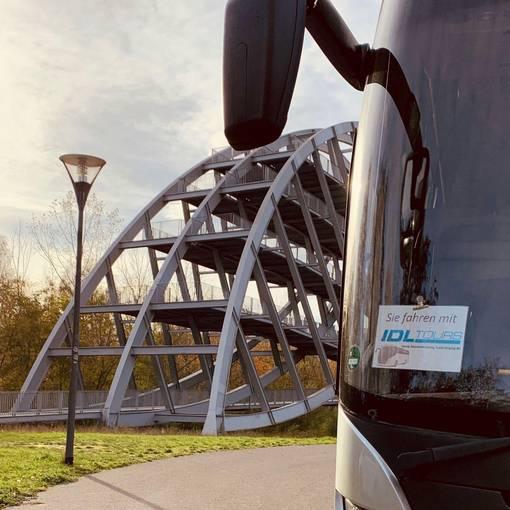 Blick auf den IDL Tours Bus am Bitterfelder Bogen © IDL Tours